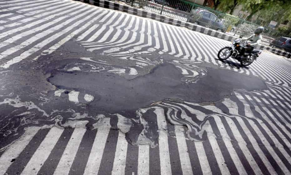 Road markings appear distorted during a heatwave, in New Delhi, India, 27 May 2015. More than 1,150 people are reported dead from a heat wave sweeping across south India and Andhra Pradesh state was the worst hit, where 884 people had died of heatstroke since 18 May.