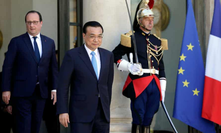 French President Francois Hollande (L) looks at Chinese Premier Li Keqiang leaving after a meeting at the Elysee Palace in Paris, France.