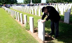 来自兰开夏郡伯里的内维尔脚,在巴约战争公墓苏格兰马团的一位同志的坟墓里。
