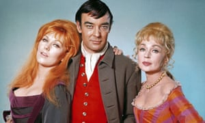 Richard Johnson with Kim Novak, left, to whom he was briefly married, and Lilli Palmer in The Amorous Adventures of Moll Flanders, 1965.