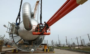 Lifting a fractionator tower in place at a Texas natural gas processing complex in Mont Belvieu, Texas