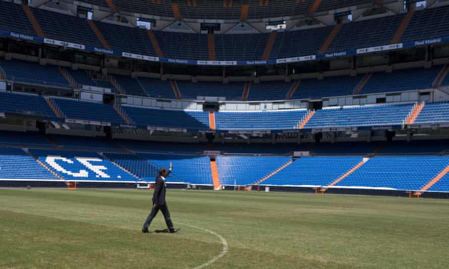 Iker Casillas walks over to the fans who had come to say goodbye to him at the Bernabéu on Monday.