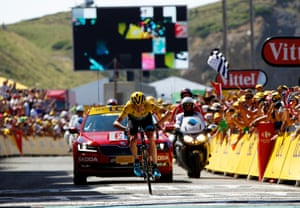 Chris Froome surges home.