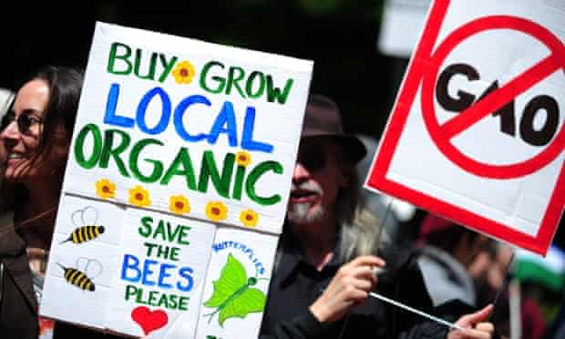 Protesters in the US hold signs opposing Monsanto and the use of glyphosate.