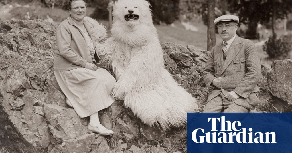The mysterious German fad for posing with a polar bear