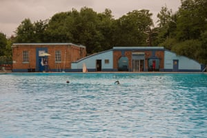 An outdoor swimming tour of london top 10 lidos and ponds travel the guardian for Tooting bec lido swimming pool