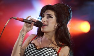 Amy Winehouse performing