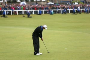Marc Leishman misses his birdie putt on 18 but is still joint leader.