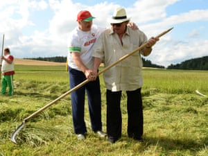 Lukashenko shows the actor how to hold a scythe