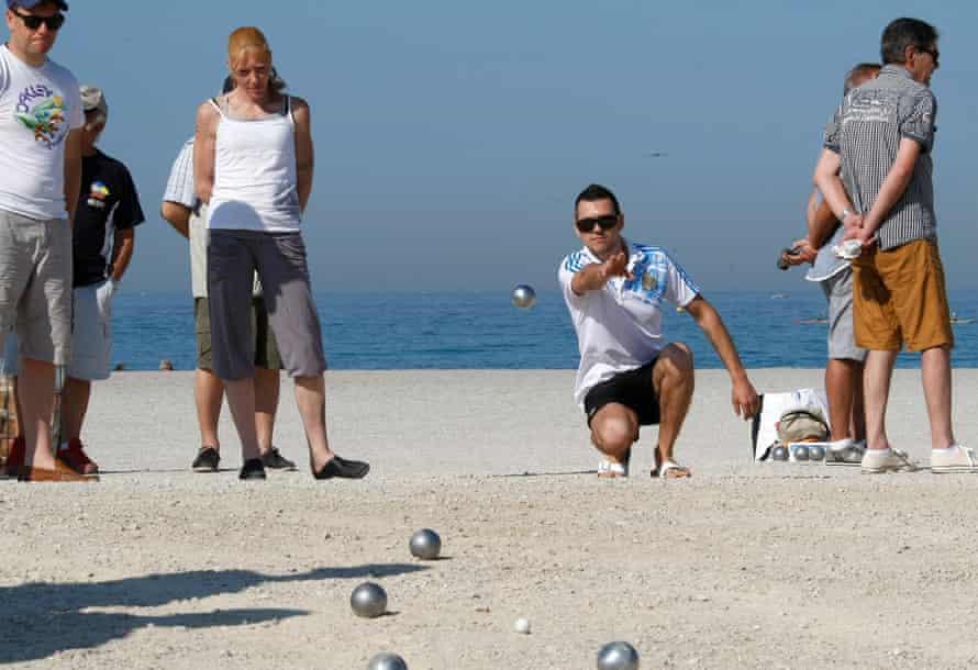 A player tosses a boule