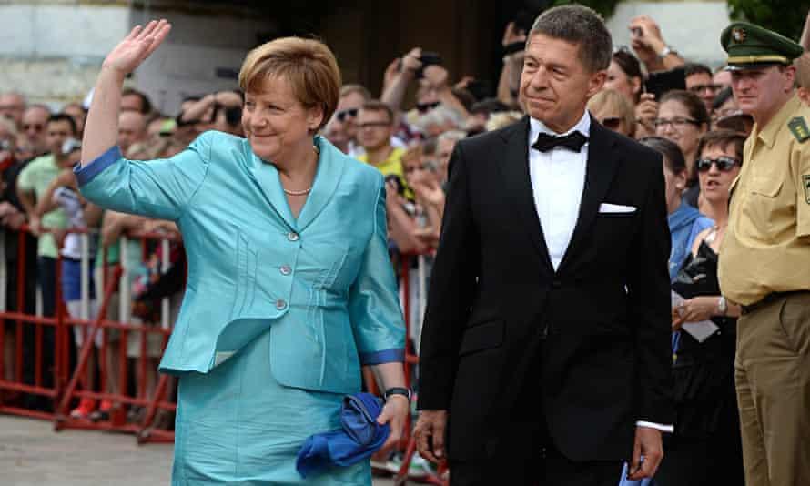 German Chancellor Angela Merkel (L) and