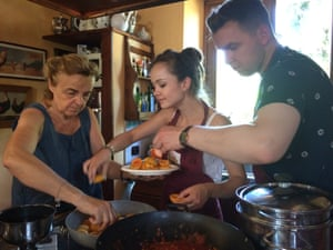 Lucia Pinelli making apricot cake with guests at Il Fontanaro