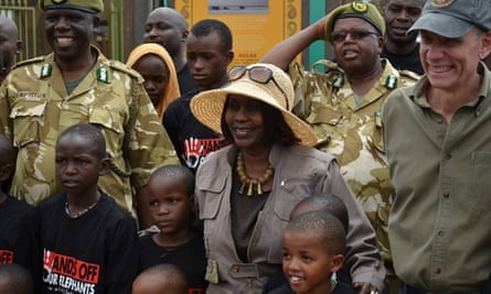 Kenyan Cabinet Secretary for Environment Judi Wakhungu and US Ambassador Robert Godec with children from Nairobi on their visit to Amboseli National Park, on World Elephant Day, 12 August 2105.