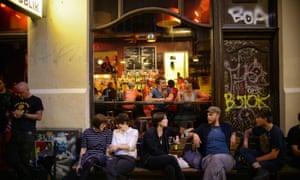 A busy evening at the popular Publik bar on Andra L  nggatan.