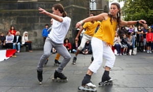 Le Patin Libre entertain the crowds on the Royal Mile in Edinburgh.