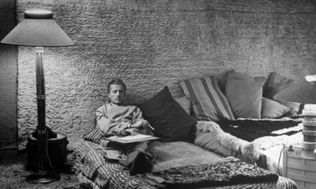 Composer and writer Paul Bowles, lying in bed with his paper and pen.  (Photo by Jerry Cooke/Pix Inc./Time Life Pictures/Getty Images)ComposerGreenwichBedBedroomsBowlesLyingRoomsPaperPaulPenStatesNewCityYorkVillageWriterUs674742TIMEINCOWN