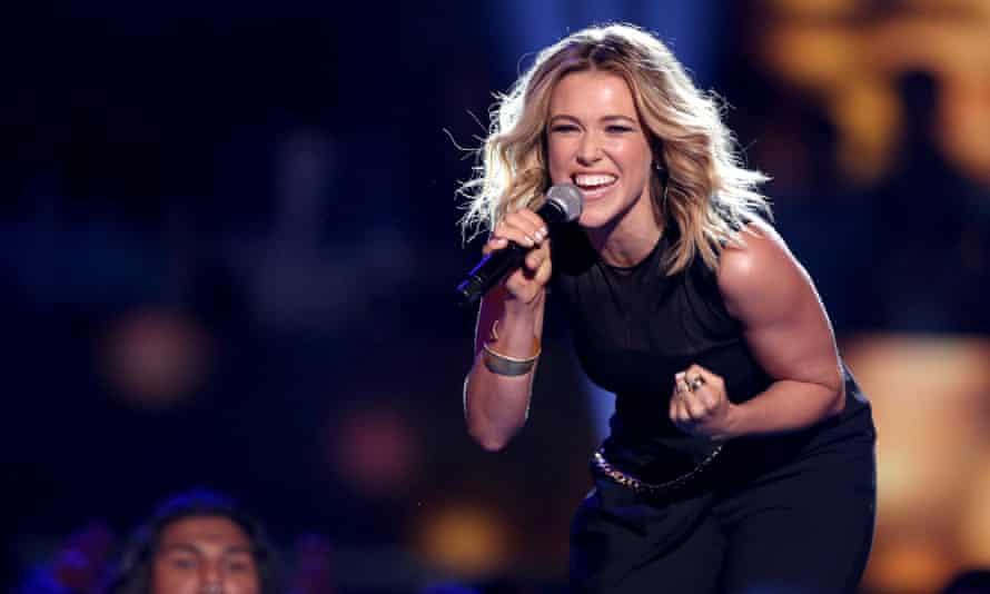It's a first … Rachel Platten performs Fight Song at the Teen Choice awards