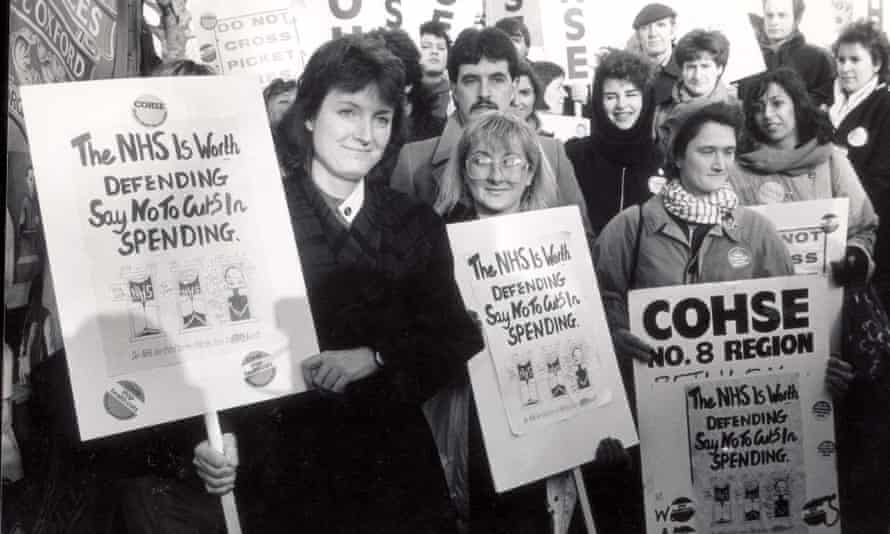 Harman in 1988, when she was shadow spokesperson for health, with striking nurses.