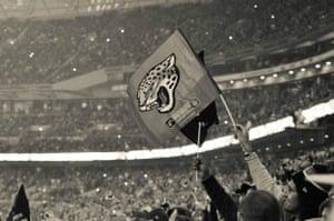 杰克逊维尔球迷在温布利伦敦挥动旗帜