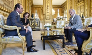 French president François Hollande, left, receives Sir AnishKapoor (R) at the Elysée palace, in Paris, on 8 September.