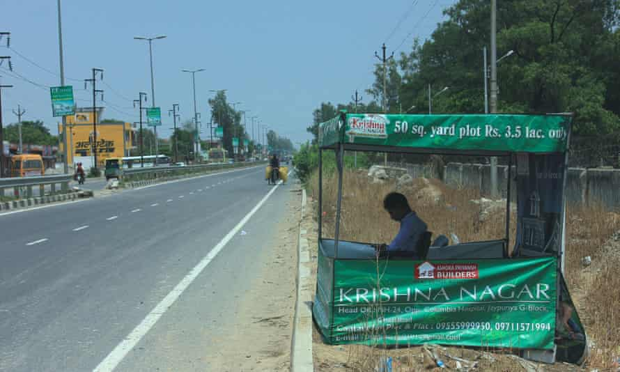 A makeshift property office on the highway outside Delhi.