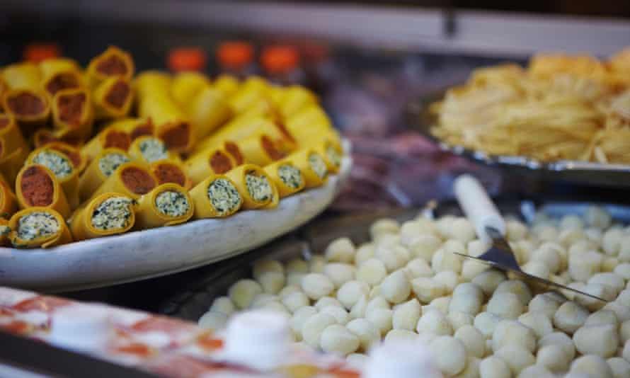 BM59W4 Mini cannelloni in a shop in Milan, ItalyminicannellonishopmilanitalyitalianfoodbreakcanellonicannellonicannelloniscannelonicolourcolorcreamcheesecuisineculinaryculturedestinationeuropefoodfoodsfreshnessGAPgastronomygroceriesgroceryhealthfulhealthyholidayholidaysitalianItalyitalylittlelocationLombardymilanMilanomininourishnutritiouspastapastaspilepilesplaceplateretailricottashopsightseeingsmallstoretomatotourtourismtourismstraveltravelstriptripstubetubesuncookedvacationvacationsvisitvisitsworld