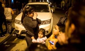 Κάτοικοι σταθεί σε ένα δρόμο έξω από τα σπίτια τους μετά από ένα σεισμό έπληξε την κεντρική ζώνη της Χιλής, στο Σαντιάγκο της Χιλής στις 16 Σεπτεμβρίου, 2015.