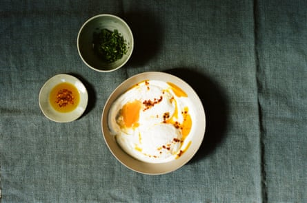 Yoghurt soup with a poached egg