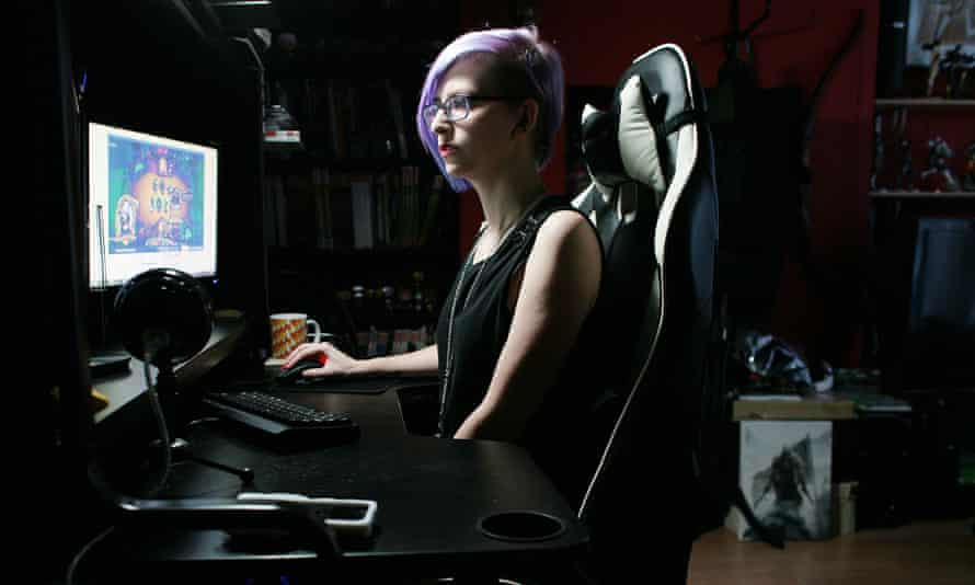Twtich streamer Stacey Rebecca, who suffers from chronic back pain.