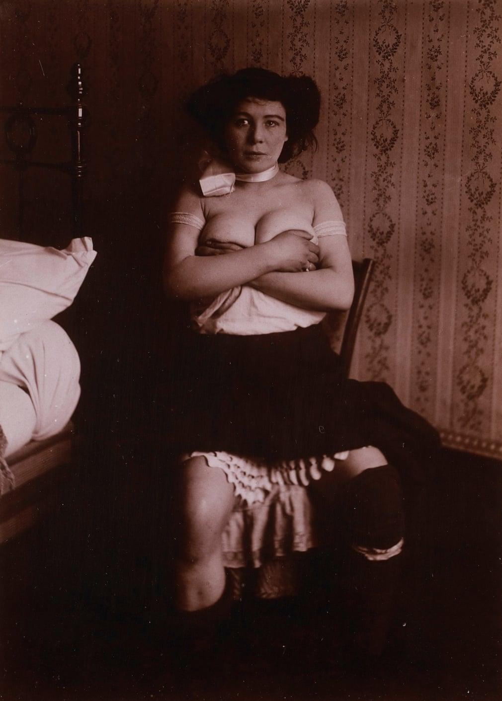 Anonyme: Etudes de nu, femme assise bras croisés, entre 1900 et 1910