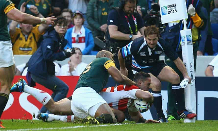 Karne Hesketh of Japan scores the winning try against South Africa.