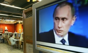 An internet cafe in Moscow streams Vladimir Putin during a conference.