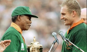 Nelson Mandela presenting the world cup to François  Pienaar in 1995