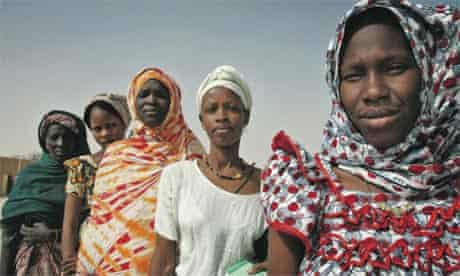 Mauritanian women wait to vote