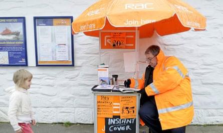 An RAC recruitment man doing a crossword on his lunch break