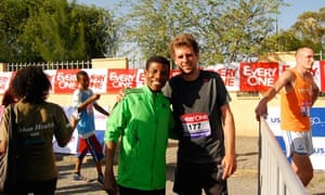 Adharanand Finn posing with Ethiopian distance-running legend Haile Gebrselassie at the finish line