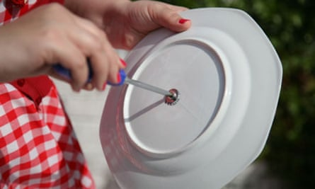 Vintage cake stand: putting in the screws