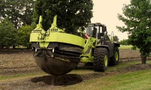 A 3 tonne, 6m specimen is 'spaced out' using specialist machinery at a German tree nursery