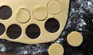 5: Roll some of the shortcrust thinly, cut discs to the same diameter as the piped choux