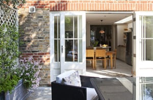 Tiny courtyard garden: A view from the garden into the house