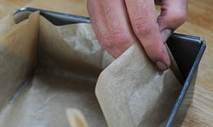 Dan Lepard amandelbrood step 3: line a tin with nonstick paper
