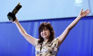 Li Jianhong accepts the World Association of Newspapers Golden Pen of Freedom 2008 on behalf of Li Changqing