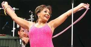 Glastonbury : Shirley Bassey performs