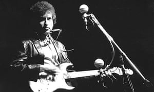 Bob Dylan plays a Fender Stratocaster electric guitar in 1965