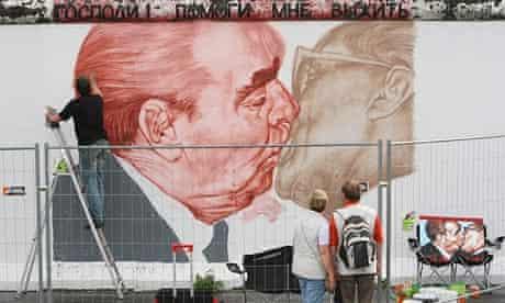 Dmitry Vrubel paints a mural