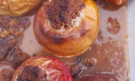 Baked apples with ginger cake and cinnamon