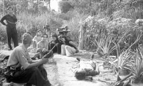 malayan-emergency-prisoners-with-soldier