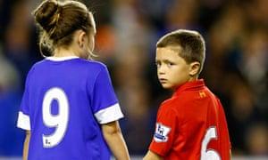 Children-Everton-Liverpool-jerseys-pay-respects