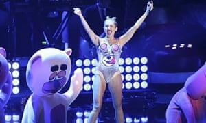 Miley Cyrus, Comment