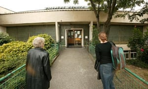 Two women entering Finsbury Health Centre